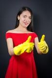 Mulher acima vestida com luvas da limpeza Fotografia de Stock Royalty Free