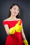 Mulher acima vestida com luvas da limpeza Foto de Stock Royalty Free