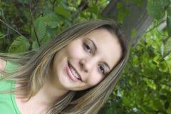 Mulher adolescente de sorriso imagens de stock
