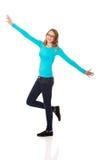 A mulher adolescente feliz com os braços largos abre imagens de stock