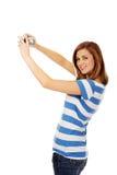 Mulher adolescente feliz que toma o selfie com a câmera clássica do slr fotos de stock