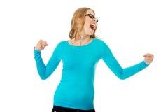 Mulher adolescente irritada que faz os punhos foto de stock royalty free