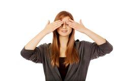 Mulher adolescente que cobre seus olhos com ambas as mãos Fotografia de Stock Royalty Free