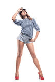 Mulher adorável bonita nova no pico-tampão do mar e na veste descascada Foto de Stock