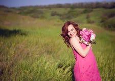 Mulher adorável despreocupada cândido no campo com flowe Fotos de Stock