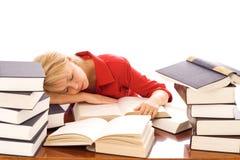 Mulher adormecida em livros foto de stock