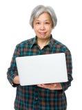 A mulher adulta aprecia o computador Imagem de Stock