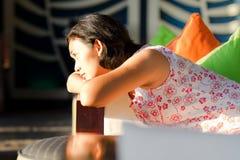 Mulher adulta asiática que sente só fotografia de stock royalty free