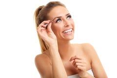 Mulher adulta bonita que usa a pinça Imagens de Stock Royalty Free