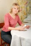 Mulher adulta com comprimidos imagens de stock royalty free