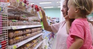 Mulher adulta com a criança que compra junto video estoque