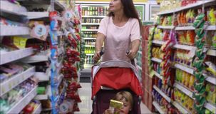 Mulher adulta com a criança que compra junto vídeos de arquivo