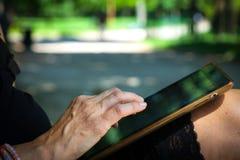 Mulher adulta com a tabuleta exterior Imagem de Stock Royalty Free