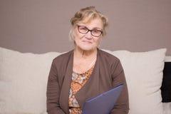 Mulher adulta com um dobrador que guarda as mãos Fotos de Stock Royalty Free