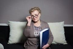 Mulher adulta com um dobrador que guarda as mãos Foto de Stock Royalty Free