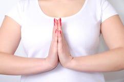 A mulher adulta cruzou seus braços na frente da caixa em uma ioga da pose foto de stock