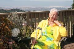 Mulher adulta do americano africano que sorri ao descansar W imagem de stock