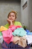 Mulher adulta e cesta novas étnicas asiáticas da lavanderia fotografia de stock
