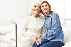 Mulher adulta e filha que olham acima Fotos de Stock Royalty Free