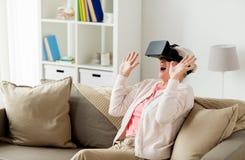 Mulher adulta em auriculares da realidade virtual ou em vidros 3d Fotografia de Stock