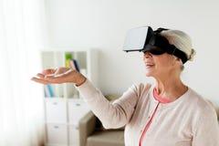Mulher adulta em auriculares da realidade virtual ou em vidros 3d Imagens de Stock