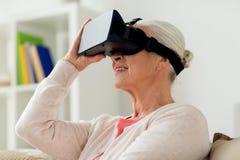 Mulher adulta em auriculares da realidade virtual ou em vidros 3d Fotos de Stock Royalty Free