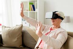 Mulher adulta em auriculares da realidade virtual ou em vidros 3d Foto de Stock Royalty Free