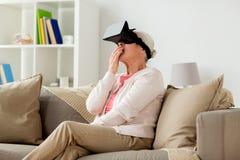 Mulher adulta em auriculares da realidade virtual ou em vidros 3d Fotos de Stock