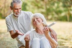Mulher adulta feliz com a surpresa atual do marido Imagens de Stock Royalty Free