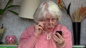 Mulher adulta feliz com telefone celular filme