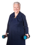 Mulher adulta feliz que faz o treinamento da aptidão com pesos Fotografia de Stock Royalty Free