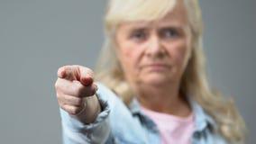Mulher adulta irritada que aponta pelo dedo in camera, gesto da condenação, desaprovação video estoque