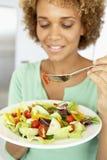 Mulher adulta meados de que come uma salada saudável Fotos de Stock