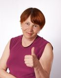 A mulher adulta mostra o polegar Foto de Stock Royalty Free