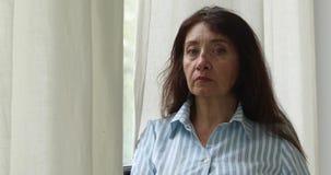 Mulher adulta na camisa que olha afastado filme