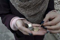 A mulher adulta na cidade conta as poucas mudanças gama cinzenta fotos de stock royalty free