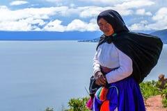 Mulher adulta nativa Quechua do retrato de Titicaca imagens de stock royalty free