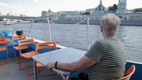 Mulher adulta no barco de turista observando a vista bonita vídeos de arquivo