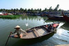 Mulher adulta no barco na cidade antiga de Hoian Fotos de Stock