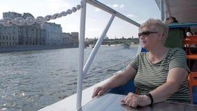 Mulher adulta no sorriso do barco de turista filme