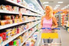 Mulher adulta no supermercado imagens de stock royalty free