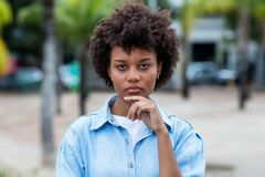 Mulher adulta nova brasileira atrativa exterior no verão foto de stock