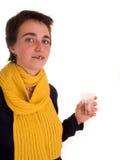 Mulher adulta nova com cabelo curto, o lenço amarelo, a calças de ganga no fundo branco em poses diferentes, e vário facial e Foto de Stock