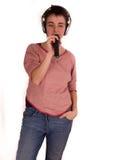 Mulher adulta nova com cabelo curto uma parte superior vermelha, calças de ganga no fundo branco em poses diferentes, e várias ex Imagens de Stock