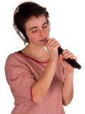 Mulher adulta nova com cabelo curto uma parte superior vermelha, calças de ganga no fundo branco em poses diferentes, e várias ex Foto de Stock