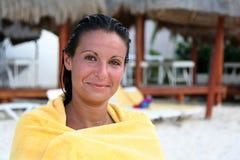 Mulher adulta nova envolvida em uma toalha Fotografia de Stock Royalty Free