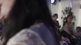 A mulher adulta obtém brinquedos do anfitrião no restaurante Evento das crianças celebration video estoque