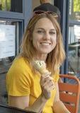 Mulher adulta quarenta de cinco anos que aprecia e cone de gelado em férias em família, Seattle, Washington imagens de stock