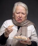 Mulher adulta que bloqueia com cookie Fotografia de Stock