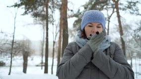 Mulher adulta que congela-se no dia nevado no inverno video estoque